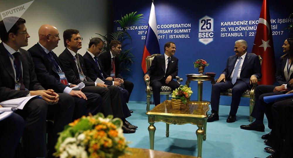 O primeiro-ministro russo, Dmitry Medvedev, em encontro com o seu homólogo turco, Binali Yildirim, em Istambul