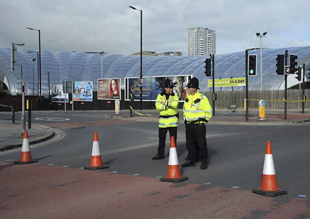 A polícia bloqueia a estrada perto do estádio Manchester Arena em Manchester, Inglaterra, 23 de maio de 2017