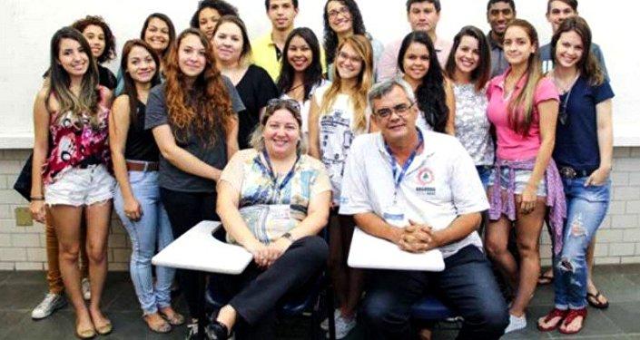 Viviane Mozine e Rafael Simões, coordenadores do Nuares, com estudantes da Universidade de Vila Velha.