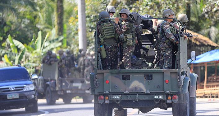 Tropas governamentais filipinas rumo à cidade de Marawi, 24 de maio de 2017