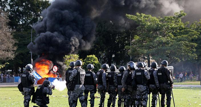 Confronto entre manifestantes e policiais em Brasília em protesto contra Michel Temer, 24 de março de 2017