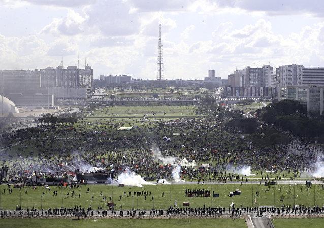 Manifestação tem tumulto na Esplanada dos Ministérios