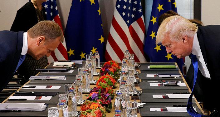 Presidente norte-americano Donald Trump e o presidente do Conselho Europeu Donald Tusk estão se sentando antes da reunião na sede da União Europeia em Bruxelas, maio 25, 2017.