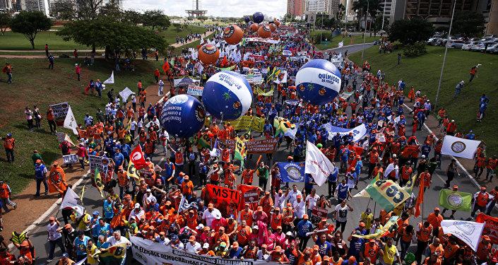 Manifestantes protestam contra as reformas da Previdência, trabalhista, e por eleições diretas em Brasília