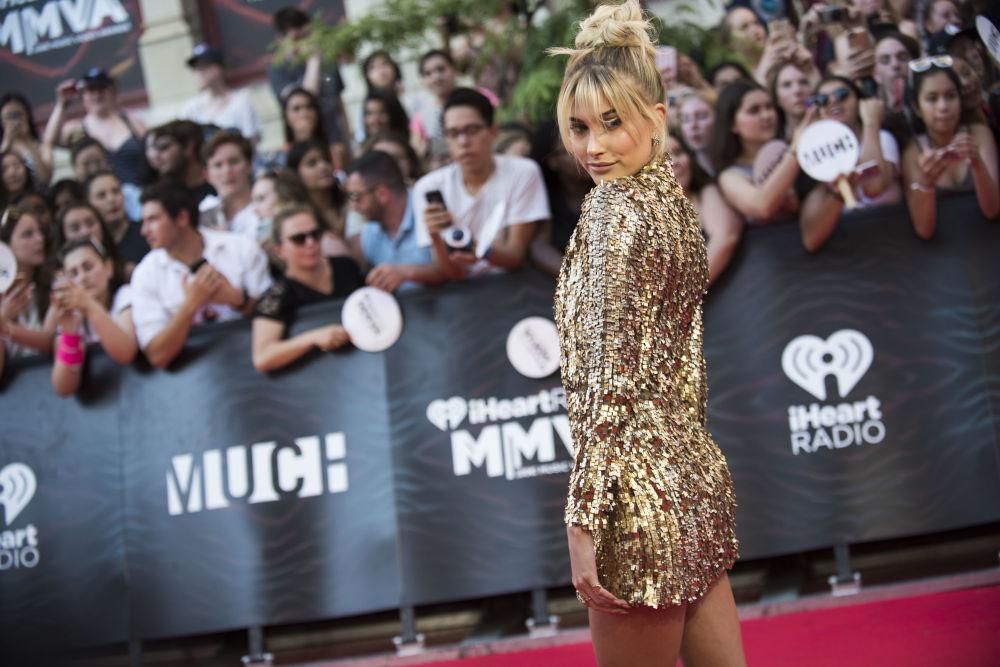 Hailey Baldwin durante cerimônia dos prêmios iHeartRADIO MuchMusic Video Awards em Toronto, Canadá
