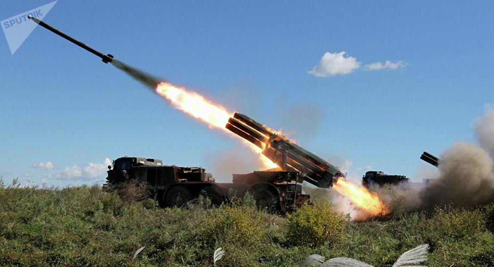 Lançador múltiplo de foguetes russo Uragan realiza disparo de foguetes