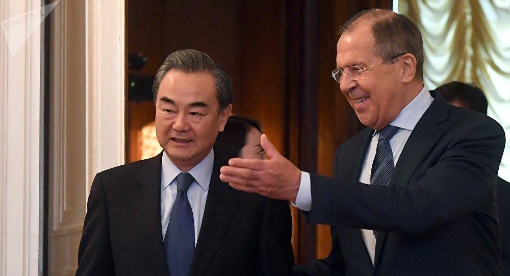 Chanceler russo, Sergei Lavrov, com seu homólogo chinês, Wang Yi, durante encontro em Moscou, 26 de maio de 2017