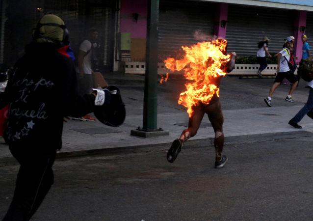 Manifestantes atearam fogo a um homem durante um protesto contra Nicolás Maduro na Venezuela