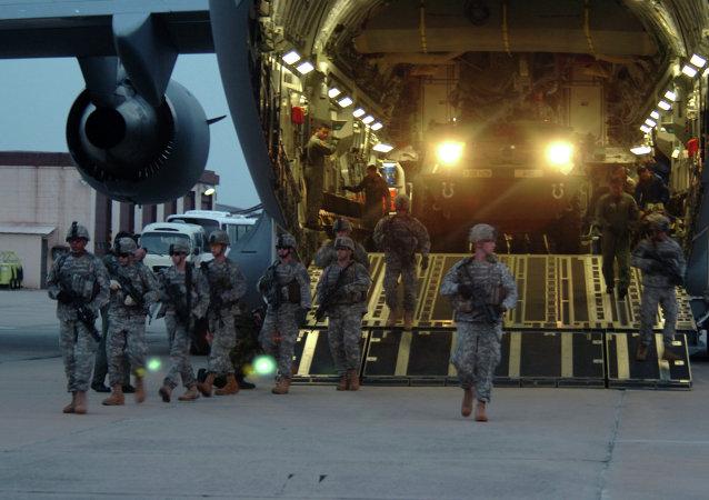 Soldados do 2º Pelotão, Alpha Company, 1-27 Divisão de Infantaria, assumem um perímetro de segurança como dois veículos de transporte de infantaria M1126 Stryker na Base Aérea de Daegu, Coreia do Sul