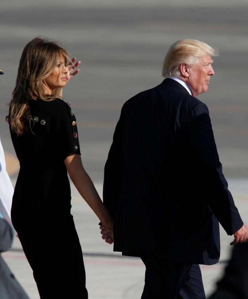 A primeira-dama dos EUA, Melania Trump, e o presidente dos EUA, Donald Trump, em uma base militar na Itália