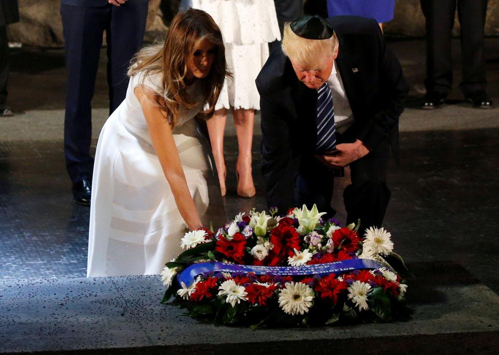 A primeira-dama dos EUA, Melania Trump, e seu marido no memorial Yad Vashem, em Jerusalém, para recordar as vítimas judaicas do Holocausto