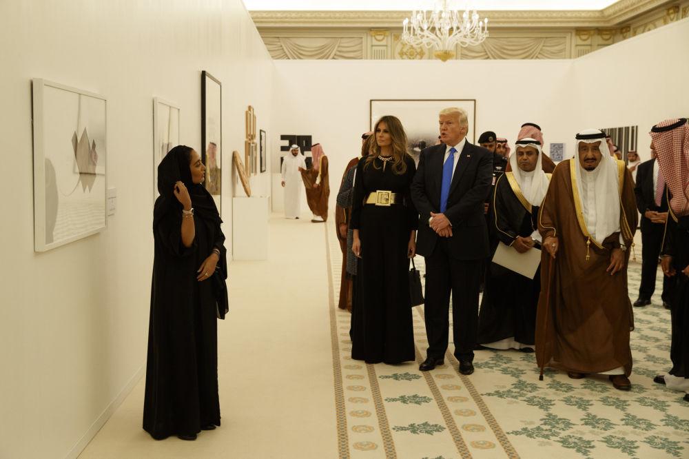 O presidente dos EUA, Donald Trump, com sua esposa Melania e o rei da Arábia Saudita, Salman bin Abdulaziz Al Saud, durante uma exposição de arte contemporânea em Riad