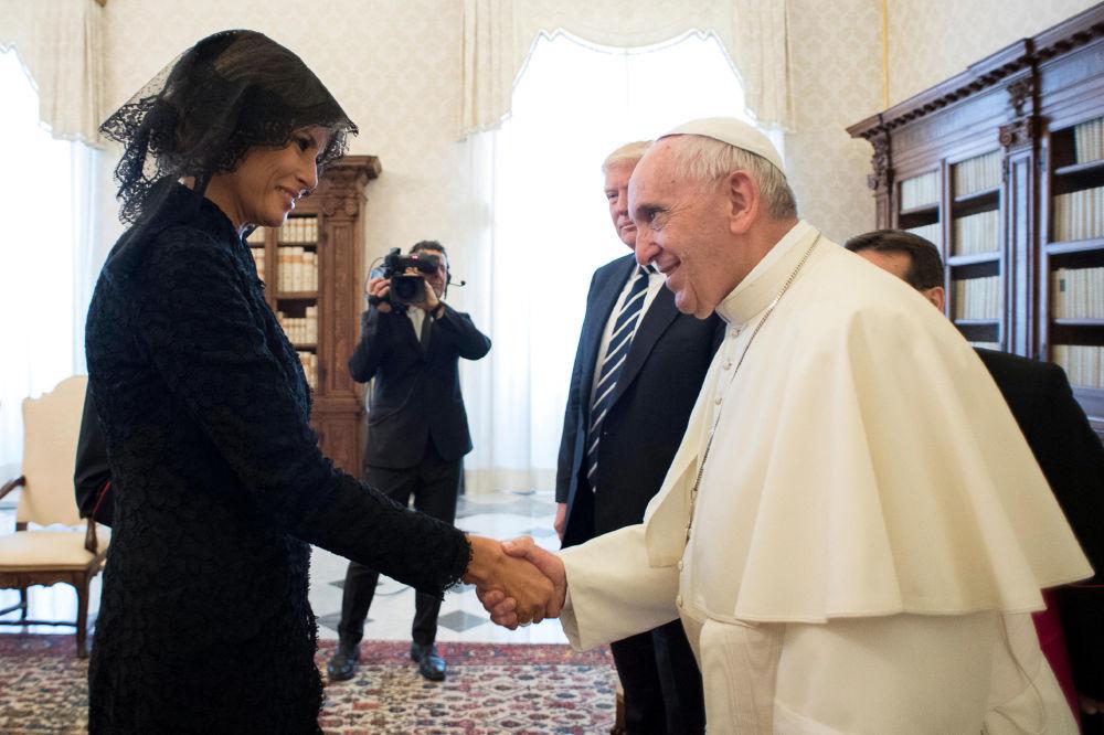 A primeira-dama dos EUA, Melania Trump, e o Papa Francisco na cidade do Vaticano