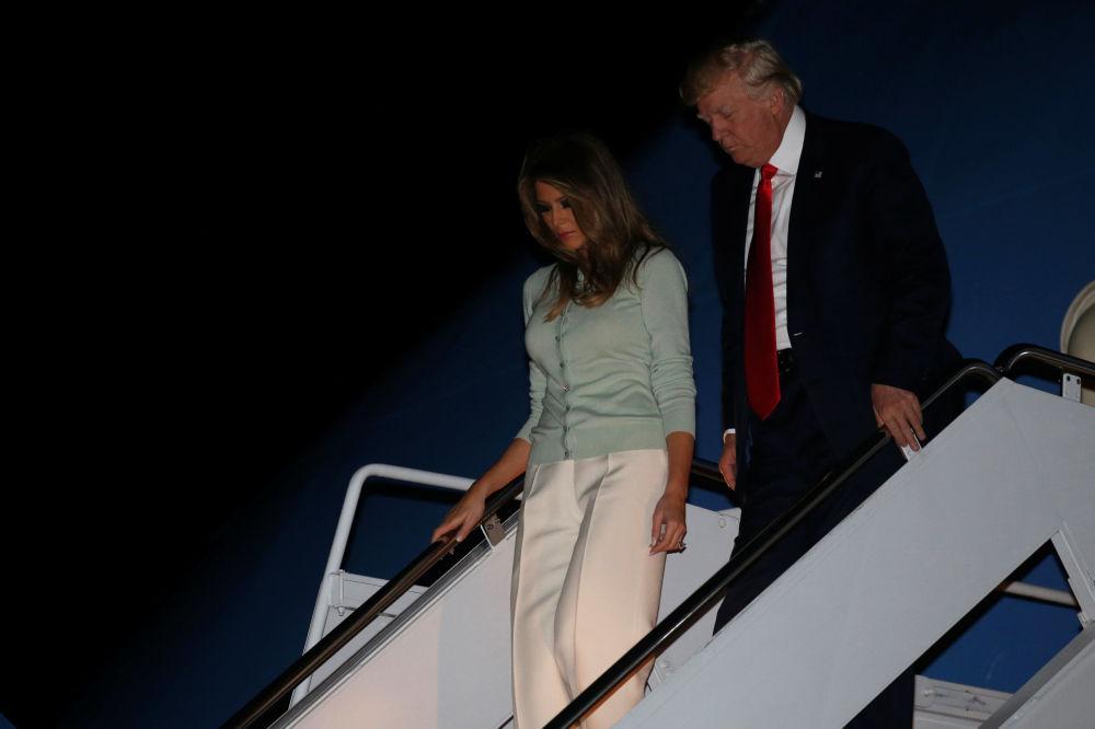 O presidente dos EUA, Donald Trump, com sua esposa Melania, desceram do avião presidencial depois do fim da sua primeira viagem internacional oficial