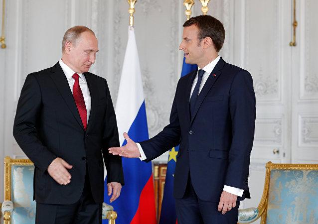 Vladimir Putin, presidente da Rússia, em encontro com o presidente francês, Emmanuel Macron, em Versailles