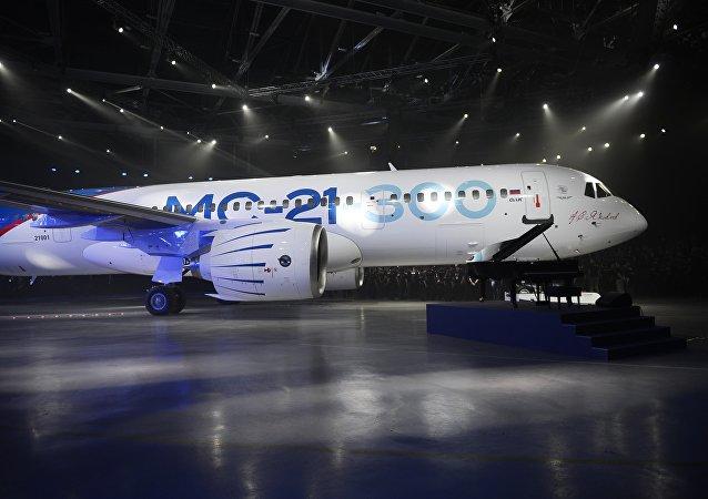 O novo avião passageiro russo MS-21