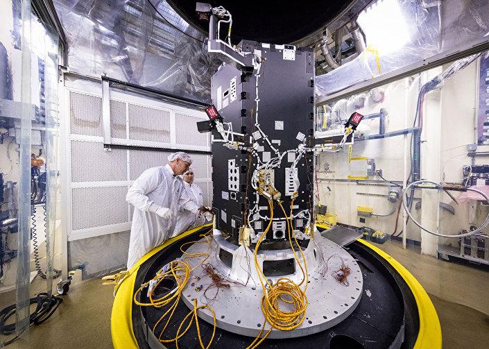 Engenheiros da Universidade Johns Hopkins constroem a sonda Solar Probe Plus