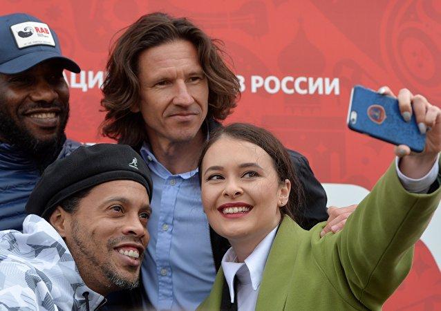 Futebolista nigeriano, campeão olímpico de 1996, Jay-Jay Okocha, Ronaldinho Gaúcho e cantora Elvira Kalimullina tiram uma fotografia com ex-jogador da seleção russa, Aleksey Smertin, durante a cerimônia de inauguração do Parque da Copa das Confederações FIFA 2017, em Kazan, na Rússia
