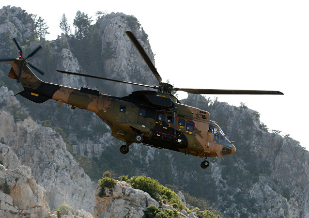 Helicóptero Cougar do Exército da Turquia sobrevoa a cidade de Cirênia, no norte do Chipre (arquivo)