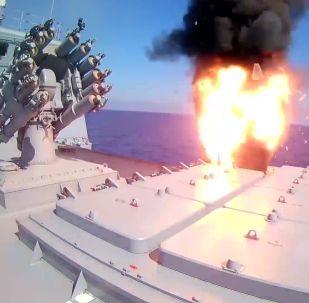 Fragata Almirante Essen dispara mísseis de cruzeiro Kalibr contra instalações do Daesh nos arredores de Palmira, na Síria