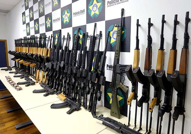 Fuzis apreendidos pela polícia do Rio de Janeiro
