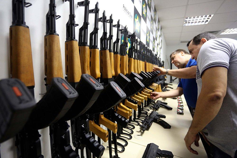 Os 60 fuzis de Barbieri apreendidos pela polícia carioca no Galeão, em 2017.
