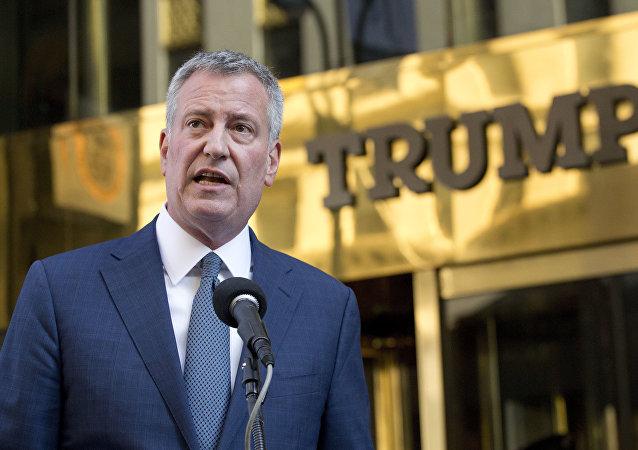 Este 16 de novembro de 2016, a foto do arquivo mostra o prefeito de Nova York, Bill de Blasio, realizando uma coletiva de imprensa em frente à Torre Trump.