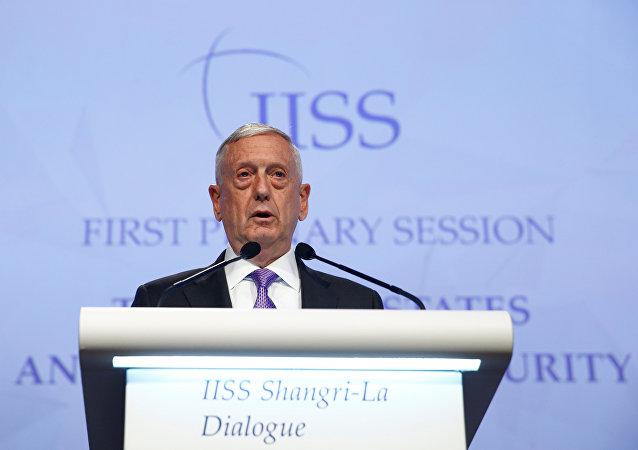 O secretário de Defesa dos EUA, James Mattis, fala no 16º Congresso IISS Shangri-La em Cingapura.