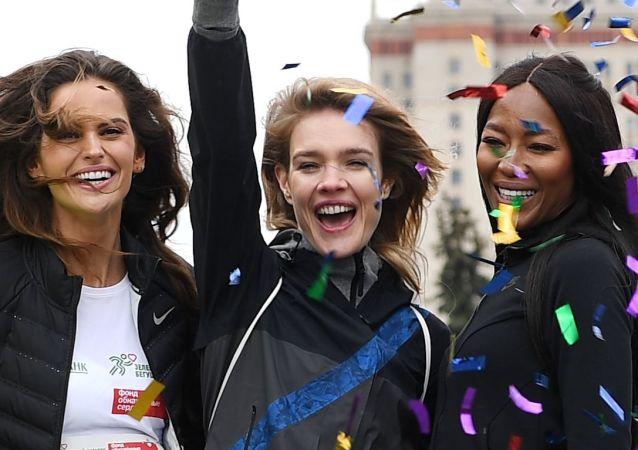 A diretora criativa da empresa russa Podium-market, Polina Kitsenko, a modelo Izabel Goulart, a fundadora da organização filantrópica Corações Nus, Natalia Vodyanova, e a modelo Naomi Campbell antes de uma corrida de beneficência em Moscou.