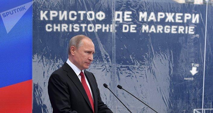 Vladimir Putin homenageia o navio-tanque Christophe de Margerie