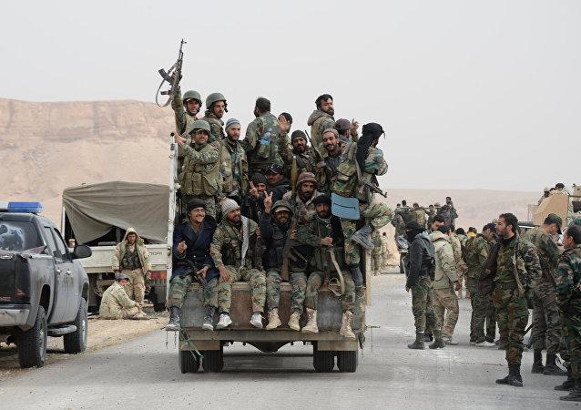 Soldados do Exército Árabe Sírio e do destacamento Falcões do Deserto durante batalha pela reconquista de Palmira (arquivo)