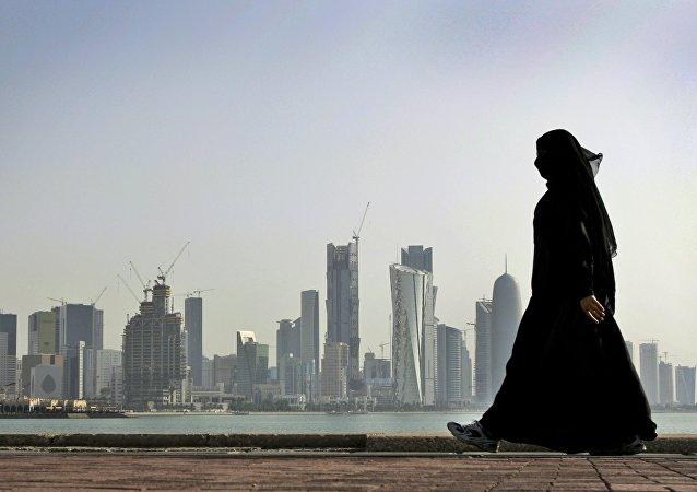 Uma mulher observa os arranha-céus de Doha, no Qatar