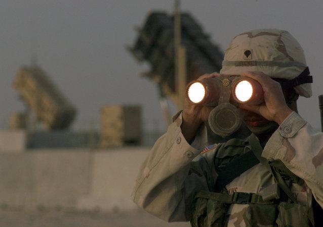 Soldado norte-americano usa binóculos na base  Al Udeid AB, no Qatar