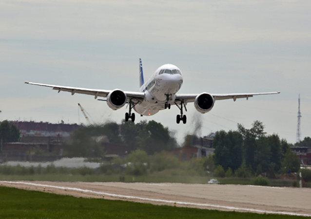 O avião MC-21, da corporação russa Irkut, levanta voo pela primeira vez, em Irkutsk