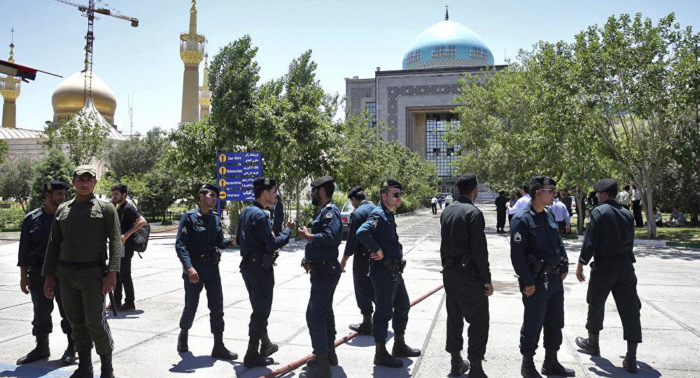 Polícia controlando a situação perto do Mausoléu do aiatolá Khomeini após ataque terrorista, em 7 de junho de 2017, ao sul de Teerã