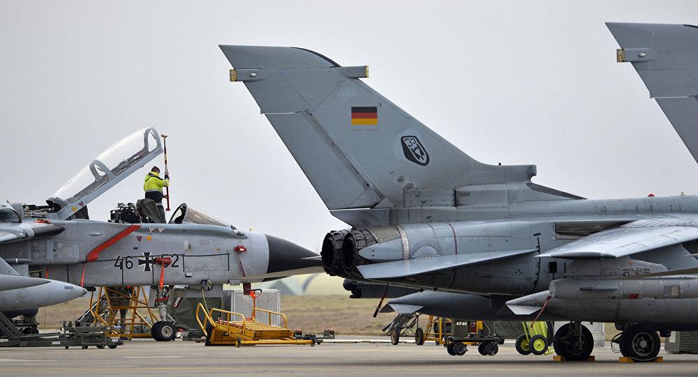 Um técnico trabalhando em um caça Tornado alemão na base aérea de Incirlik, Turquia, em 21 de janeiro de 2017