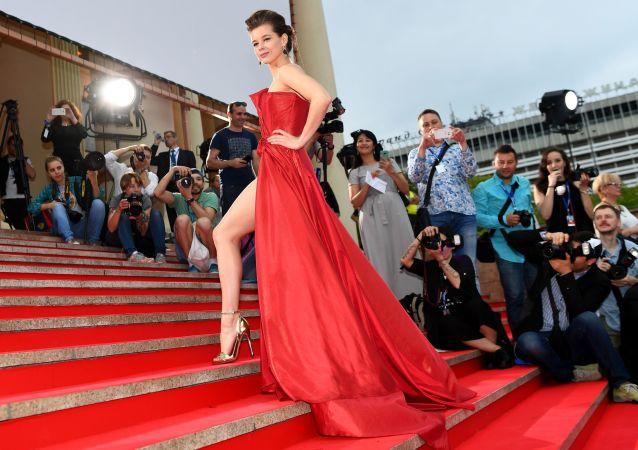 Atriz russa, Ekaterina Spitsa, durante a abertura do 28º Festival de Cinema russo Kinotavr em Sochi