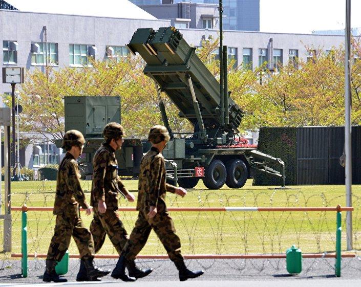 Soldados da Força de Autodefesa do Japão perto do sistema de defesa antimíssil Patriot, Tóquio, Japão