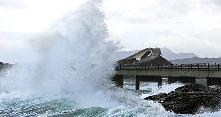 Onda gigante atinge a Estrada do Atlântico, na Noruega (foto de arquivo)