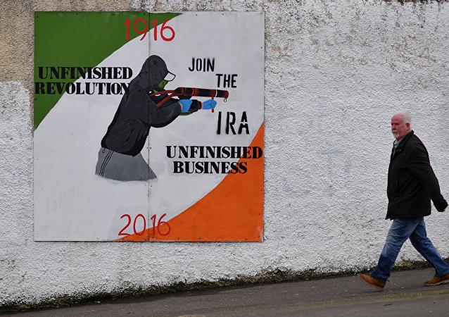 Homem cruza a área de Bogside, na Irlanda do Norte, no dia 22 de março de 2017, quando foi enterrado Martin McGuiness, um dos ex-comandante do grupo terrorista Exército Republicano Irlandês (IRA, na sigla em inglês)