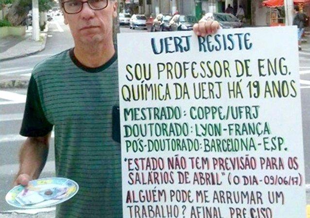 Professor Evandro Brum Pereira disse que ficou emocionado com tantos contatos com oferta de emprego e dinheiro após sua foto com o protesto viralizar nas redes sociais