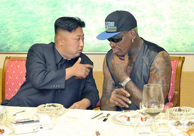 Dennis Rodman conversando com Kim Jong-un (arquivo)