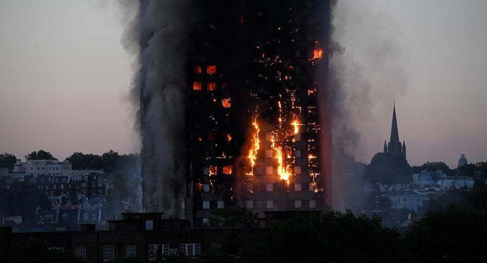 Chamas e fumaça dominam a torre residencial Grenfell no bairro de Lancaster West Estate em Londres que foi atingida por um enorme incêncio em 14 de junho de 2017