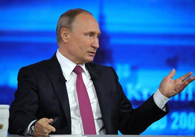 O presidente da Rússia Vladimir Putin durante a Linha Direta de 15 de junho de 2017