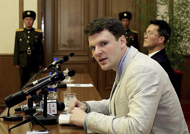 Estudante americano, Otto Warmbier, falando com repórteres em Pyongyang
