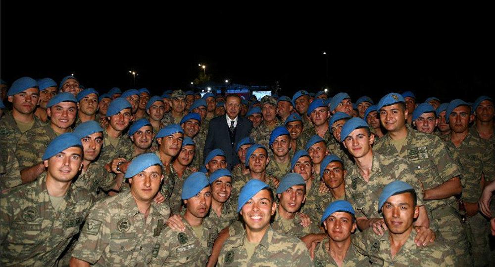 O presidente turco, Recep Tayyip Erdogan, é fotografado com comandantes, em 8 de junho de 2017