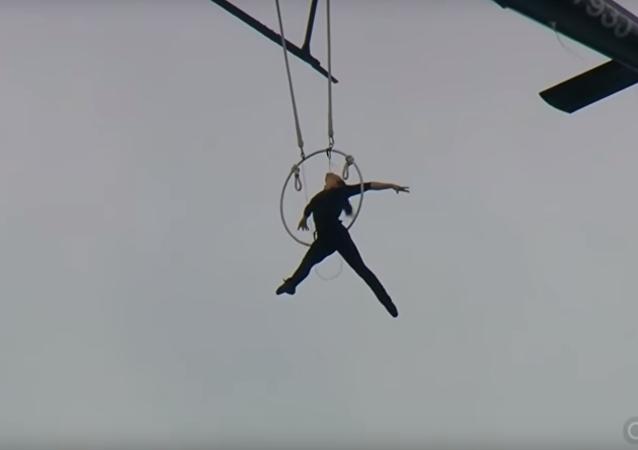 Uma acrobata sobrevoa Niágara