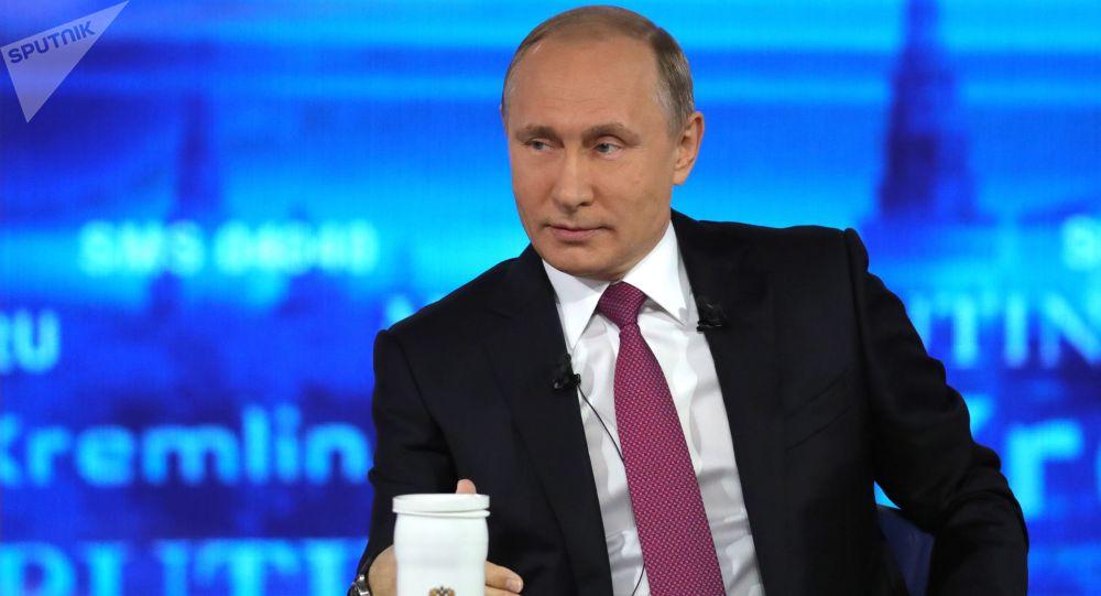 Vladimir Putin, presidente russo, responde às perguntas dos cidadãos no programa Linha Direta com Vladimir Putin