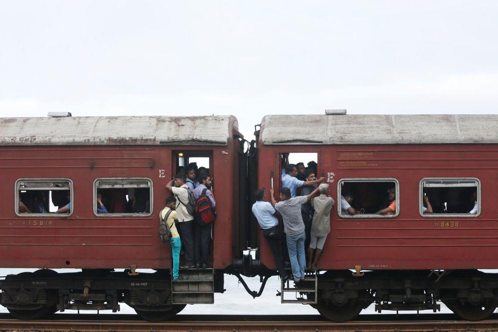 Pessoas no caminho ao trabalho em Colombo, Sri Lanka