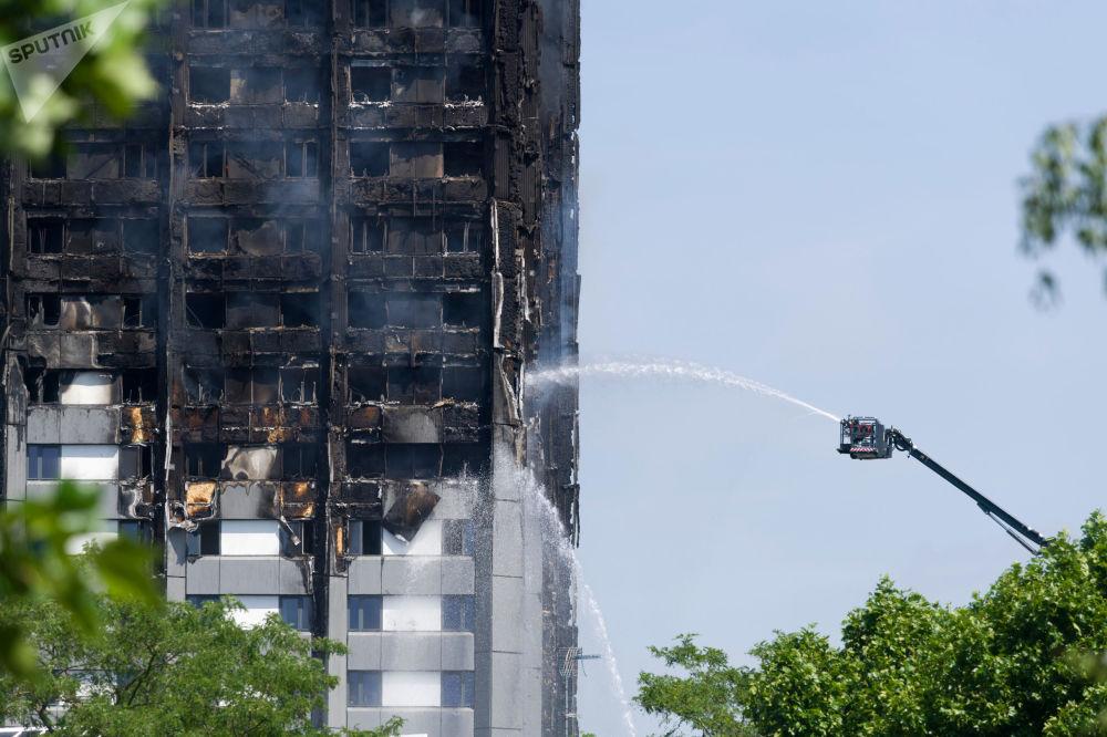 Bombeiros apagam fogo no prédio residencial em Londres